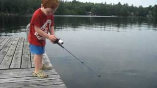طفل يصطاد سمكة في ثوان فقط