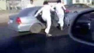 高速道路で車から身を乗り出して遊びだす3人組