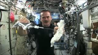 getlinkyoutube.com-شاهد ماذا يحدث لو عصرت منشفة مبللة في الفضاء!