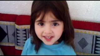 طفلة سورية تنشد النشيد الوطني السعودي