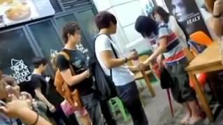 getlinkyoutube.com-Yesung acting cute with a fan