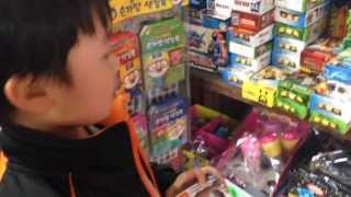 getlinkyoutube.com-문방구에 짝퉁 레고 닌자고 장난감 미니피규어를 사러 들어간 아이