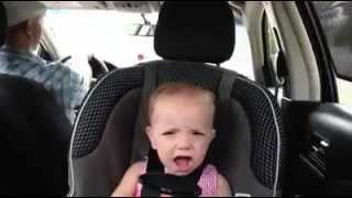 getlinkyoutube.com-Bebe cantando con el papa en el auto [INCREIBLE]