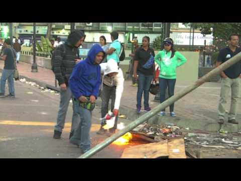 Guarimberos en Altamira ponen alambres,aporrea tvi, feberero 2014