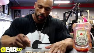 getlinkyoutube.com-IFBB Pro Bodybuilder Juan Morel's Post Workout Meal: Eating at the gym!