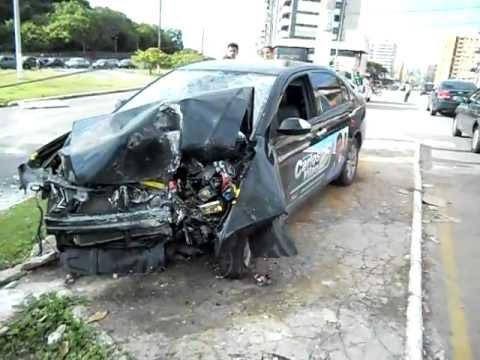 Acidente violento na Avenida Beira Mar defronte ao Labareda Grill