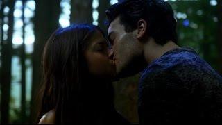 getlinkyoutube.com-The 100 - Atom and Octavia kiss 1x02