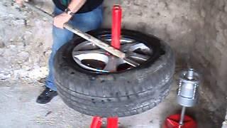 getlinkyoutube.com-Démonte pneu manuel, manual tire changer. Vidéo 1