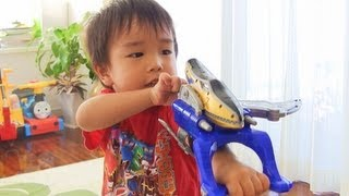 キョウリュウジャーのおもちゃをもらって喜ぶ息子 獣電戦隊キョウリュウゴールド  ガブリチェンジャー GaburiChanger