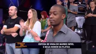getlinkyoutube.com-Teste de Fidelidade - Esposa furiosa beija homem da plateia