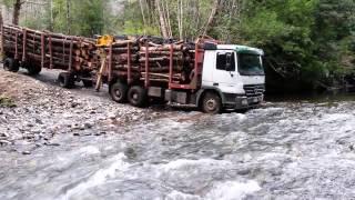 Camiones forestales panguipulli cruzando el rio