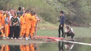 getlinkyoutube.com-Shaolin monk runs atop water for 118 meters