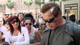 getlinkyoutube.com-Schwarzenegger bromeó disfrazado de Terminator
