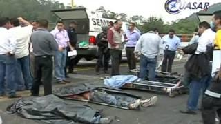 getlinkyoutube.com-Pipa arrolla y mata a 7 personas, entre ellos maestros de la CNTE