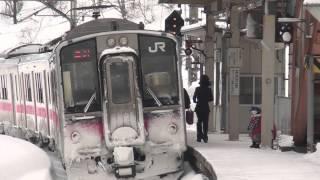 getlinkyoutube.com-雪の「峰吉川駅」E3系こまちの雪煙から現れる普通列車(女性車掌)