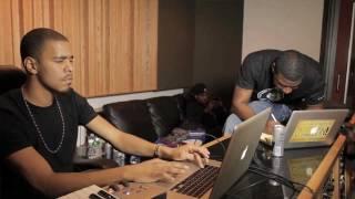 J. Cole en pleine composition d'un beat en studio