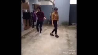 getlinkyoutube.com-2 Nàng trường Y học nhảy Shuffle Dance