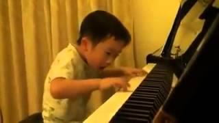 getlinkyoutube.com-احلى واجمل عزف على البيانو طفل خرافي ...