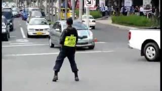getlinkyoutube.com-policia bailando como michael jackson