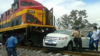 getlinkyoutube.com-Train hits a car caught on video!!! MUST SEE!!!! Salamanca mexico