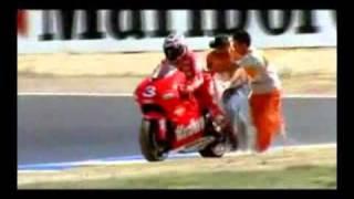 getlinkyoutube.com-Rossi vs Biaggi 2001
