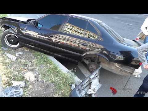 В центре Запорожья BMW вылетела в отбойник