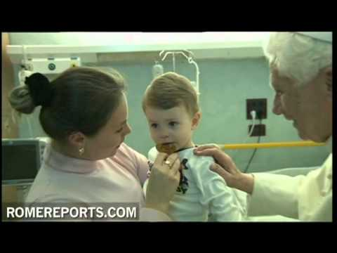 Pope visits children in Roman hospital