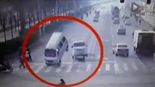 getlinkyoutube.com-W Chinach nieznana siła poprzewracała samochody na skrzyżowaniu