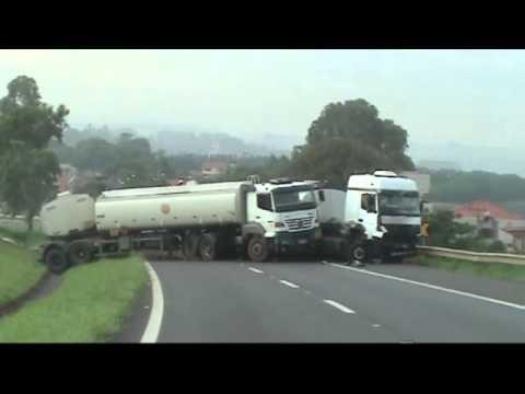 Acidente entre caminhões tanque bloqueia rodovia entre Cosmópolis
