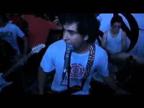 Un Idiota Mas de Enxvano Letra y Video