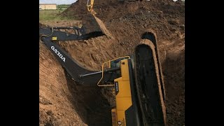 getlinkyoutube.com-Trackhoe Accident! Excavator Fell into Hole! Two Excavators and a Dozer to Rescue! Caterpillar