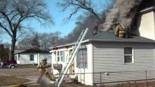 getlinkyoutube.com-Flashover Or Backdraft Occurs While Crews Are In A Working House Fire In New Chicago.