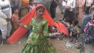 getlinkyoutube.com-Pushkar Camel Fair, Rajasthan Gypsy (Kalbeliya)  Music and Dance (Anita and Family)