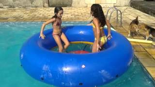 getlinkyoutube.com-Julia e Gabi tomando um banho gostoso de piscina (versão 2016)