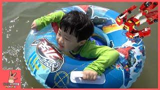 getlinkyoutube.com-헬로 카봇 튜브 타고 바다 물놀이 시간! 물고기 잡기 ♡ 헬로카봇 장난감 친구들 오프닝 노래 어린이 놀이 Hello Carbot Toys | 말이야와아이들 MariAndKids