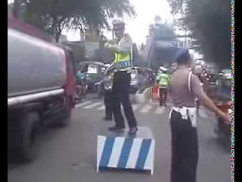 aksi-menghebohkan-warga-cimahi-polisi-mengatur-lalulintas-sambil-berjoged