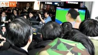 getlinkyoutube.com-Watching Yuna Kim in 2010 vancouver olympics (on the street)