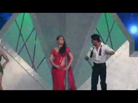 Shahrukh Khan's and Kareena Kapoor Chammak Challo live song