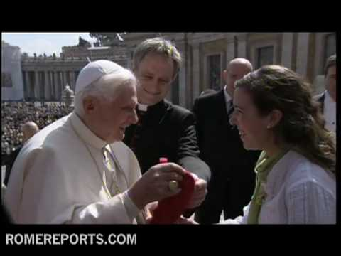 Pope dons special 2011 World Youth Day hat