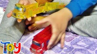 getlinkyoutube.com-터닝카 스타터 터닝메카드 신제품 장난감을 선물 받고 노는 아이의 모습