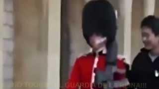 getlinkyoutube.com-Nunca molestes a la guardia de la reina Isabel II