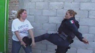 """getlinkyoutube.com-Policia Golpea a Señora """"No la estoy golpeando"""""""