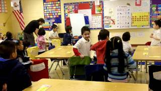 getlinkyoutube.com-Chicken Dance - Spanish or English (Classroom Physical Activity Breaks)