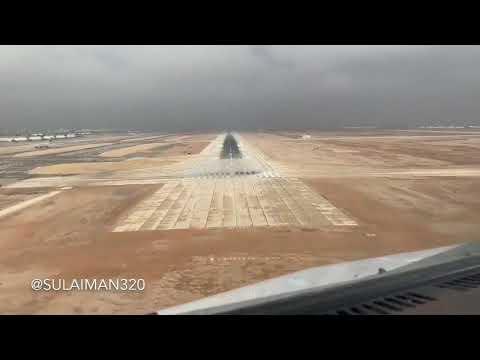 بالفيديو.. مشهد رائع لحظة هبوط طائرة بمطار الملك خالد الدولي بالرياض