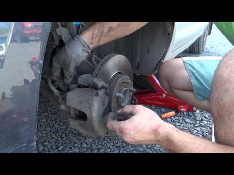 Замена передних тормозных колодок Ford Focus II
