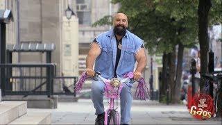كاميرا خفية / رجل عملاق و قوي يقود دراجة فتيات صغيرة