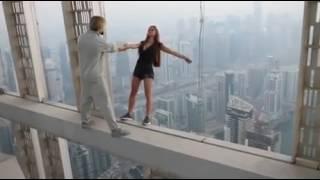 getlinkyoutube.com-عارضه ازياء روسية تخاطر بحياتها من أجل هاذا الفيديو