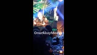 Bülent Ersoy, sahnede kolunu çeken kadına mikrofonuyla vurdu!