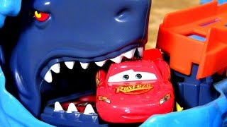 getlinkyoutube.com-Giant Hot Wheels Ultimate Garage Playset with Disney Pixar Cars Cars2 Mater Shark Attack