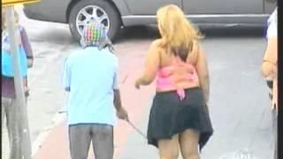 getlinkyoutube.com-Ceguinho folgado ergue a saia  da mulher